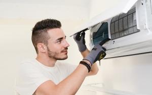techniker-wartet-klimaanlage