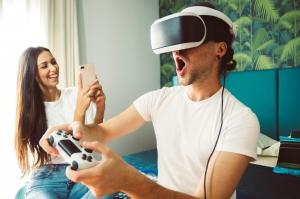 paerchen-testet-virtual-reality-brille-mit-spielekonsole